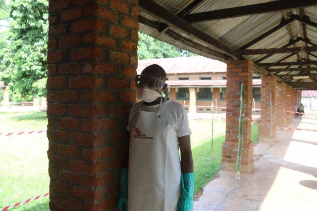 Un trabajador sanitario con el equipo de protección contra el ébola en Bikoro