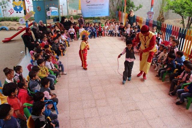 Actuación de payasos para niños en Gaza
