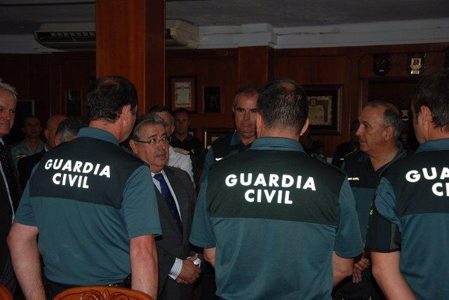 Zoido amb agents de la Guardia Civil