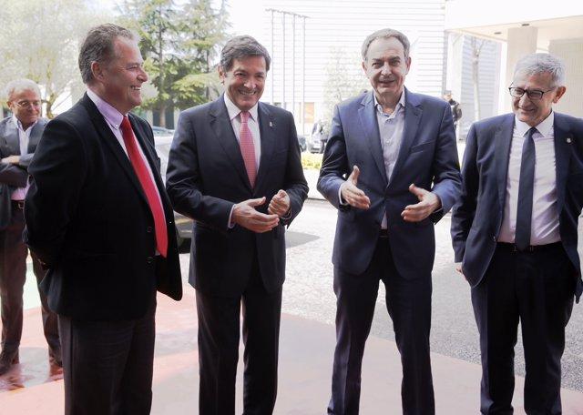 Javier Fernández, segundo por la izquierda