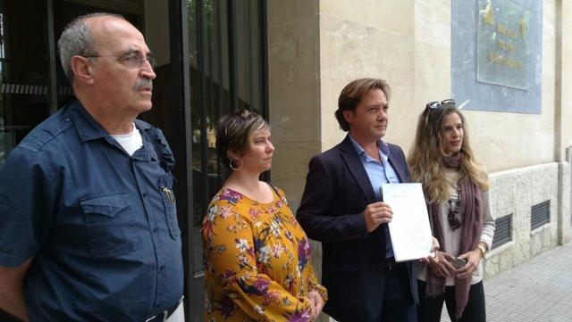 El dr. Antonio Salvá y Jorge Campos tras presentar una denuncia contra Valtonyc