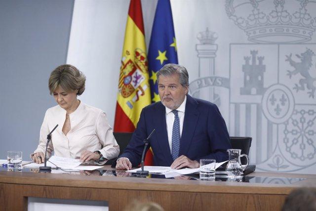 Isabel García Tejerina e Iñigo Méndez de Vigo tras el Consejo de Ministros