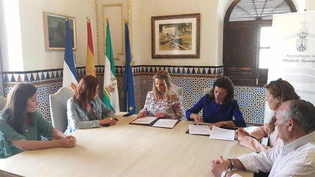 La alcaldesa de Alcalá de Guadaíra, Ana Isabel Jiménez, en una reunión