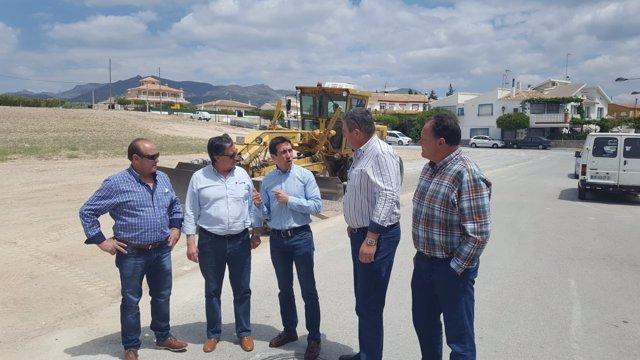 El diputado Óscar Liria visita las obras del aparcamiento de la Balsa de Cela.