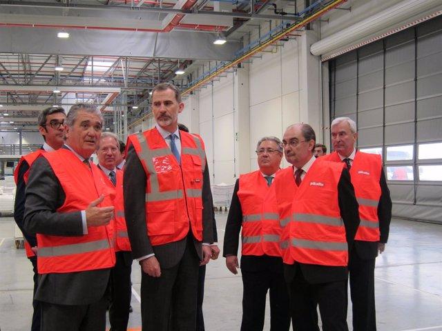 El rey Felipe VI, junto a Soláns y Lambán en la fábrica de Pikolin