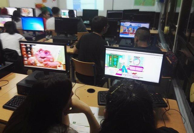 Estudiantes del IES Gaviota de Adra con el programa de simulación empresarial