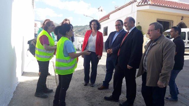 Fernández dialoga con las trabajadoras del PFEA de Alcolea
