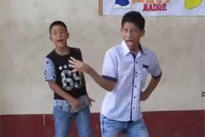 El increíble talento de este niño mexicano imitando a Olivia Newton es tendencia en las redes