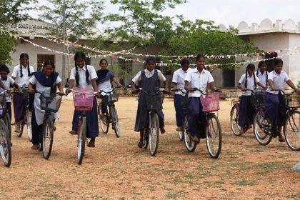Una bicicleta, pasaporte para que las niñas en India sigan estudiando
