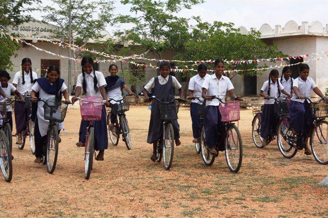 Niñas beneficiarias del programa de bicicletas de la FVF