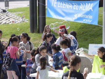 Voluntarios de 'la Caixa' organizan una jornada con 600 niños en situación de vulnerabilidad