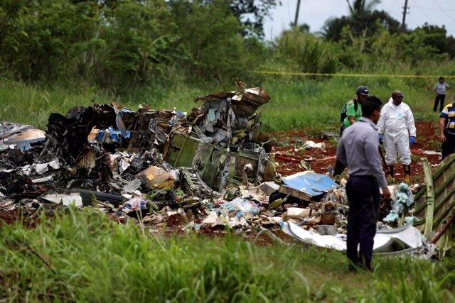 Equipos de rescate en el lugar del accidente de avión en Cuba