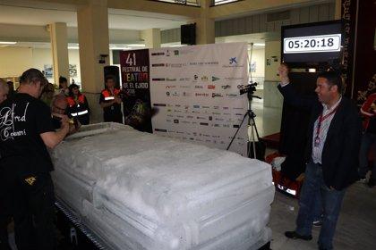 El 'Rey del Escapismo' bate el récord mundial de permanencia en hielo superando las cinco horas en El Ejido (Almería)