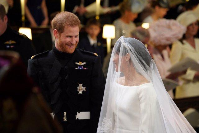 El príncipe Harry mira a Meghan Markle durante la boda