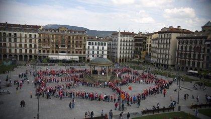 Un mosaico humano forma en Pamplona el escudo de Navarra para reivindicar el derecho a decidir