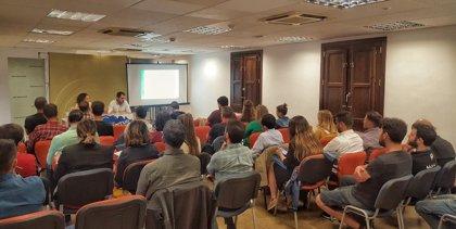 Concejales y representantes de colectivos de Granada, en un encuentro del IAJ sobre el proyecto de Ley de Juventud