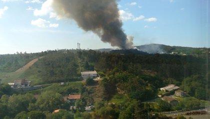 Un incendio activo en A Estrada afecta a unas 20 hectáreas y el de Santiago supera ya las 10