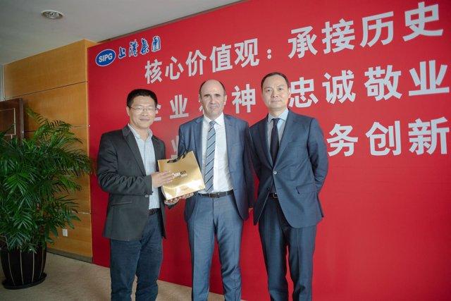Ayerdi con representantes del puerto de Shanghai