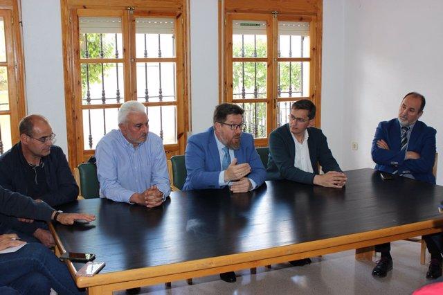Rodrigo Sánchez Haro mantiene un encuentro con agricultores.