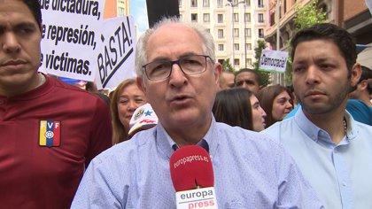 """Ledezma encabeza la protesta en Madrid contra la """"farsa electoral"""" en Venezuela"""