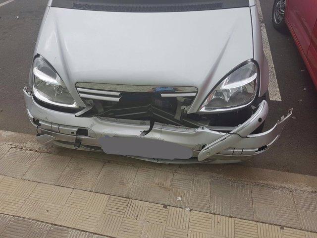 Estado del coche tras romper los cinco bolardos