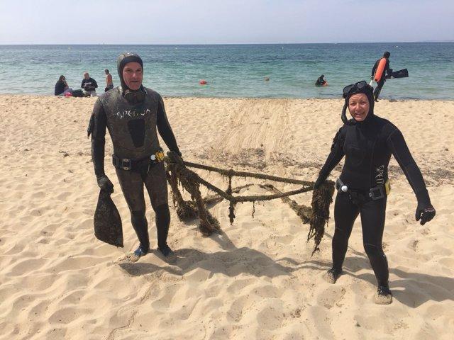 Pescadores submarinos retiran basura de la Playa de Palma
