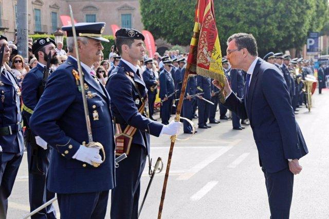 El alcalde de Murcia, José Ballesta, besa la bandera