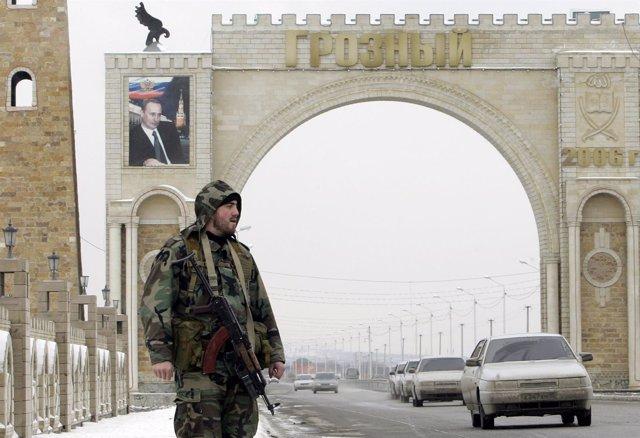 Soldado ruso de guardia a la entrada de Grozni