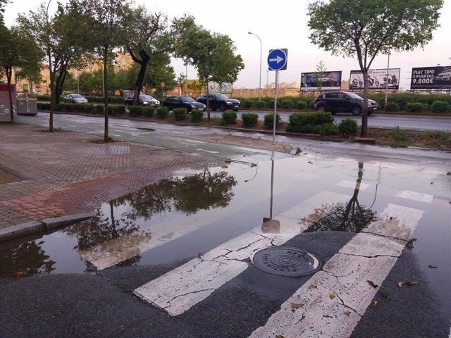 Una calle de Sevilla tras los efectos de lluvias y tormentas nocturnas