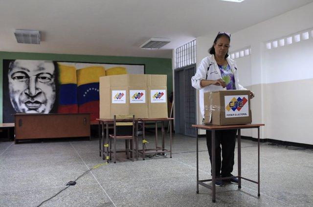 Una mujer vota durante la elección presidencial