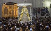 Foto: La Virgen del Rocío procesiona durante ocho horas tras un salto de la reja adelantado