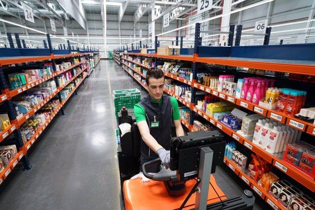 Trabajador del almacén online Colmena de Valencia.