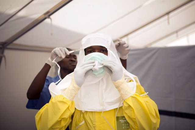 Trabajadores sanitarios en una zona en cuarentena por ébola en Sierra Leona