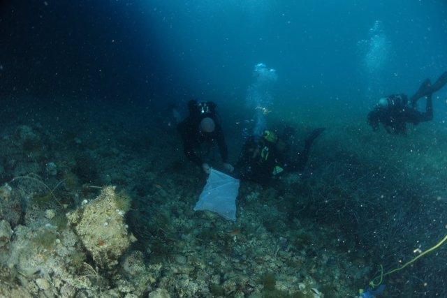 Limpieza del fondo marino en Cabrera