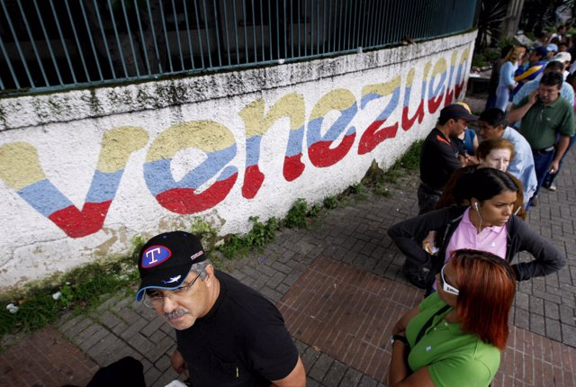 People line up to cast votes at a polling station in Caracas November 23, 2008.