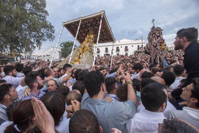 La Virgen del Rocío, de procesión por la aldea.