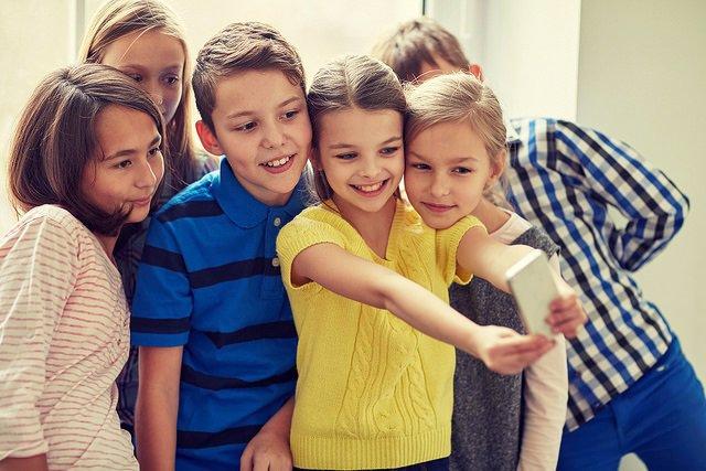 Niños haciéndose una foto con el móvil