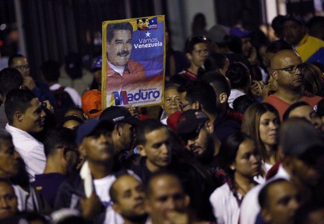 Simpatizantes de Nicolás Maduro en la noche electoral