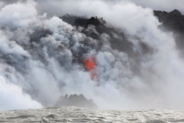 Lava del Kilauea al entrar en contacto con el mar