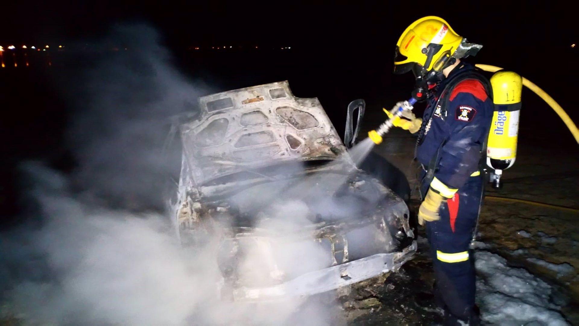 Un incendio en Formentera calcina un vehículo y una pequeña superficie forestal