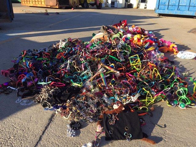 La Policía Local de Llucmajor destruye cerca de 4.500 objetos decomisados de la venta ambulante
