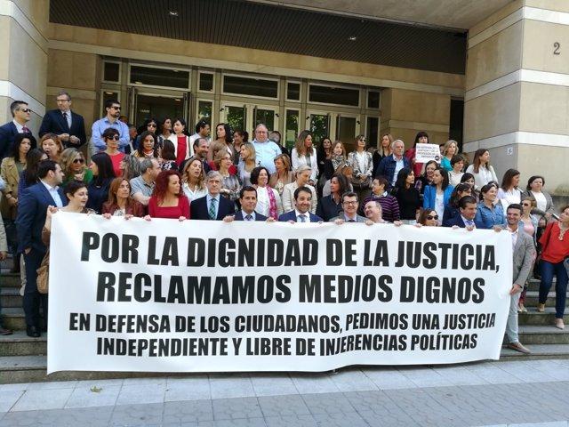 Concentración en el TSJPV durante la huelga de jueces y fiscales