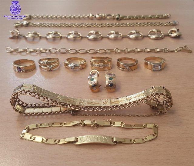 Algunas de las joyas ocupadas a la detenida.
