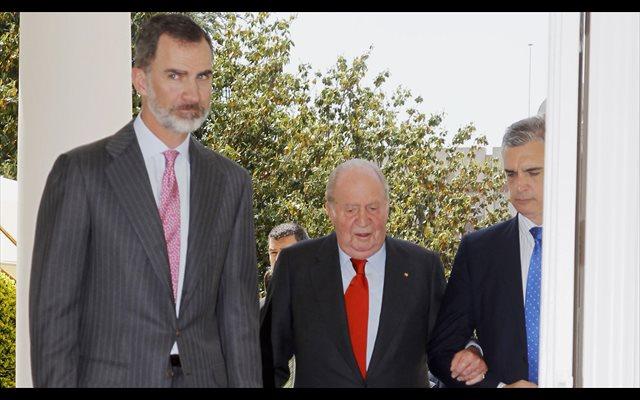 El Rey Felipe al lado de Don Juan Carlos en su 14º aniversario de bodas
