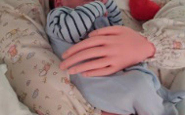 Crean unos brazos articulados para simular el abrazo de padres a recién nacidos