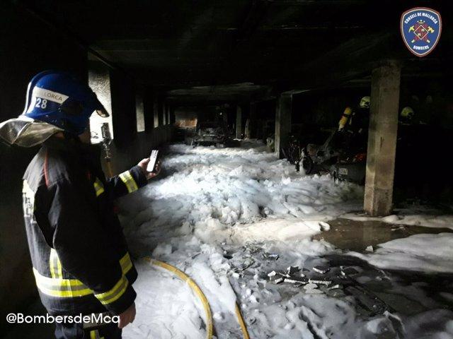 Tres afectados por inhalación de humo durante un incendio en un aparcamiento de Esporles