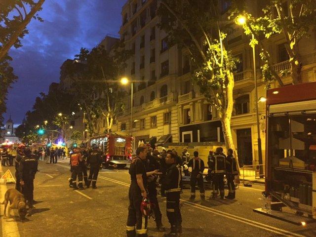 BOmberos en la búsqueda de los obreros de la calle General Martínez Campos
