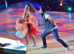 Bustamante ayuda a Yana Olina con su problema con los globos en pleno baile
