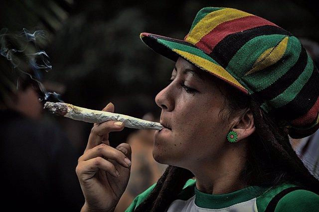 Mujer fumando Cannabis.
