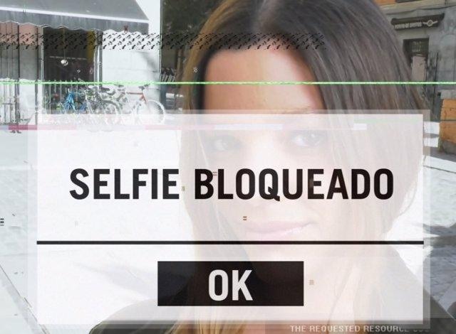 Una mujer gitana se hace un 'selfie' para una campaña de Secretariado Gitano